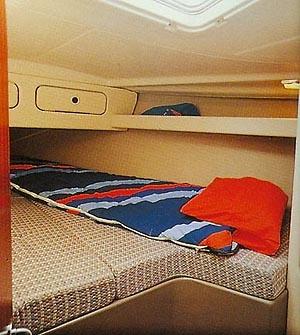 Kabine im Vorschiff mit zwei Kleiderschränken und vielen Staumöglichkeiten